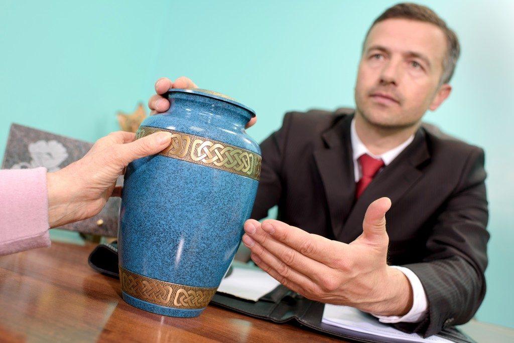 funeral planner suggesting urn