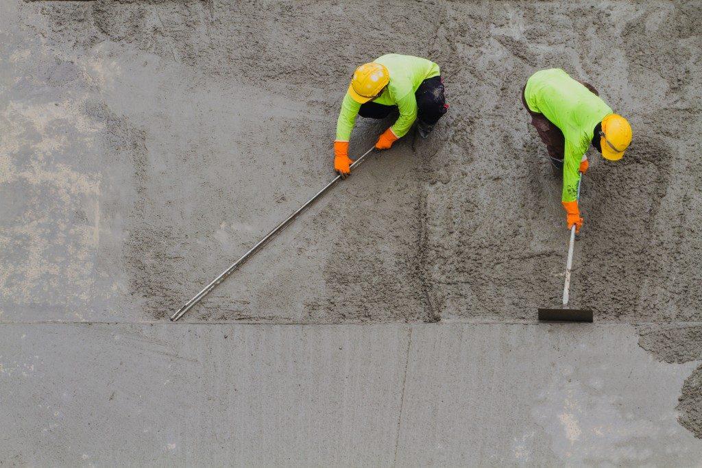 smoothening wet concrete