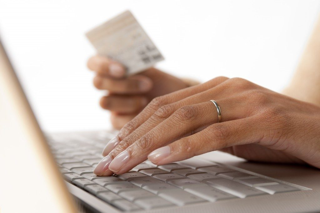 woman making an online shopping purchase