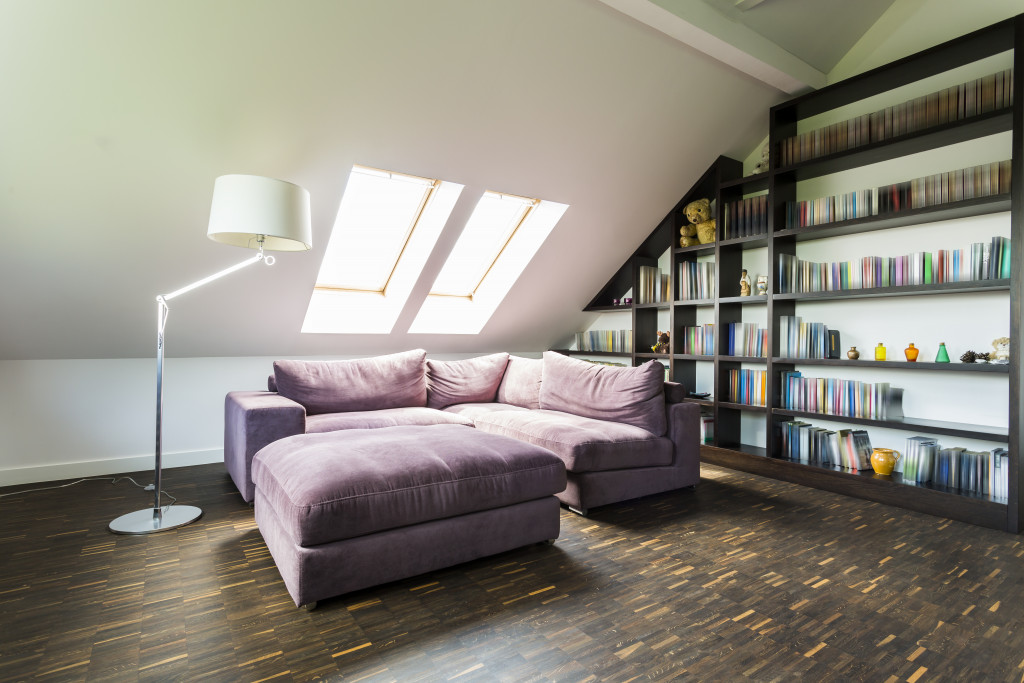 Quiet and comfirtable room with bookcase in the attic